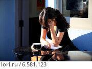 Купить «Юная девушка в кафе читает книгу», фото № 6581123, снято 30 октября 2013 г. (c) Морозова Татьяна / Фотобанк Лори