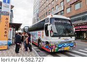 Купить «Туристы возле городского экскурсионного автобуса в Пусане, Южная Корея», фото № 6582727, снято 26 сентября 2014 г. (c) Иван Марчук / Фотобанк Лори