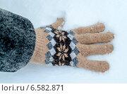 Купить «Рука в вязаной перчатке прикасается к снегу», фото № 6582871, снято 25 октября 2014 г. (c) Сергей Куриленко / Фотобанк Лори