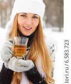 Улыбающаяся женщина с кружкой чая в руках. Стоковое фото, фотограф Дарья Петренко / Фотобанк Лори