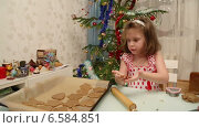 Купить «Маленькая девочка готовит печенье на Рождество», видеоролик № 6584851, снято 24 октября 2014 г. (c) Михаил Коханчиков / Фотобанк Лори