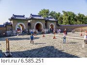 Купить «Пекин, Храм Неба, 1420 г.. Трехарочные ворота», фото № 6585251, снято 9 сентября 2014 г. (c) Rokhin Valery / Фотобанк Лори