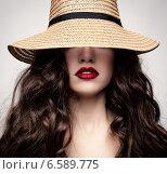 Девушка в плетеной шляпе. Стоковое фото, фотограф Яна Застольская / Фотобанк Лори