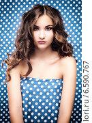 Портрет девушки на декоративном синем фоне. Стоковое фото, фотограф Яна Застольская / Фотобанк Лори