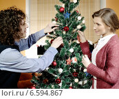 Купить «Portrait of a couple decorating a Christmas tree.», фото № 6594867, снято 20 августа 2018 г. (c) BE&W Photo / Фотобанк Лори