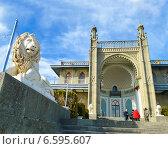 Воронцовский дворец (Алупка) Мраморный лев (2014 год). Редакционное фото, фотограф Елена Железкова / Фотобанк Лори
