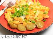 Жареная картошка с зеленым луком и маринованными огурчиками. Стоковое фото, фотограф Яна Королёва / Фотобанк Лори