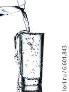 Купить «Вода льется в стакан», фото № 6601843, снято 25 октября 2014 г. (c) Владимир Агапов / Фотобанк Лори