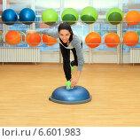 Купить «Молодая женщина выполняет упражнения на мяче Бошу», фото № 6601983, снято 5 января 2014 г. (c) Курганов Александр / Фотобанк Лори