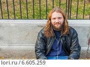 Молодой длинноволосый мужчина с бородой отдыхает в парке (2014 год). Стоковое фото, фотограф Ilie-Cristian IONESCU / Фотобанк Лори