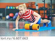 Купить «woman pushing up in fitness gym», фото № 6607663, снято 21 октября 2014 г. (c) Дмитрий Калиновский / Фотобанк Лори