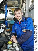 smiling repairman auto mechanic. Стоковое фото, фотограф Дмитрий Калиновский / Фотобанк Лори