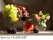Натюрморт с виноградом, гранатом и бокалом вина. Стоковое фото, фотограф Рсавин Сергей / Фотобанк Лори