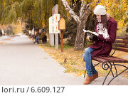 Молодая девушка осенью читает книгу в парке. Стоковое фото, фотограф Алёна Герасимова / Фотобанк Лори