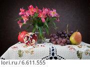 Натюрморт с цветами, виноградом, гранатом и грушей. Стоковое фото, фотограф Рсавин Сергей / Фотобанк Лори
