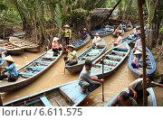 Купить «Деревенские люди в лодках в дельте Меконга в джунглях Вьетнама», фото № 6611575, снято 31 июля 2014 г. (c) Жукова Юлия / Фотобанк Лори