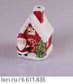 Новогодняя игрушка - декоративный красный маленький дом. Стоковое фото, фотограф Vladnad / Фотобанк Лори