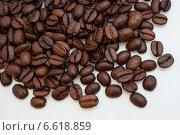 Зерна кофе на белом фоне. Стоковое фото, фотограф Слободинская Надежда / Фотобанк Лори