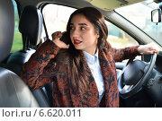 Девушка говорит по телефону за рулём автомобиля. Стоковое фото, фотограф Юрий Плющев / Фотобанк Лори