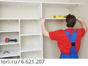 Wardrobe joiner at installation work. Стоковое фото, фотограф Дмитрий Калиновский / Фотобанк Лори