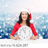 Купить «smiling woman in santa helper hat with clock», фото № 6624287, снято 20 октября 2013 г. (c) Syda Productions / Фотобанк Лори