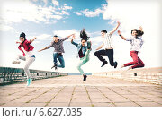 Купить «group of teenagers jumping», фото № 6627035, снято 20 июля 2013 г. (c) Syda Productions / Фотобанк Лори
