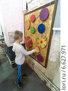 Купить «Мальчик в Экспериментаниуме», эксклюзивное фото № 6627971, снято 5 ноября 2014 г. (c) Володина Ольга / Фотобанк Лори