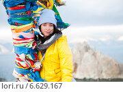 Девушка стоит у дерева желаний на Байкале. Стоковое фото, фотограф Момотюк Сергей / Фотобанк Лори