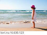 Купить «Девочка и море», эксклюзивное фото № 6630123, снято 2 июня 2013 г. (c) Куликова Вероника / Фотобанк Лори