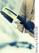 Купить «man cleaning snow from car windshield with brush», фото № 6630535, снято 16 января 2014 г. (c) Syda Productions / Фотобанк Лори