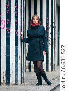 Купить «Красивая девушка стоит возле полосатых колонн», эксклюзивное фото № 6631527, снято 13 октября 2014 г. (c) Игорь Низов / Фотобанк Лори