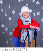 Зимняя мода. Красивая девочка-подросток в теплой одежде позирует в студии. Стоковое фото, фотограф Максим Топчий / Фотобанк Лори