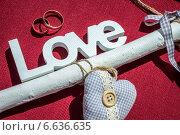 Love, сердечко и обручальные кольца на красном фоне. Стоковое фото, фотограф Наталья Степченкова / Фотобанк Лори