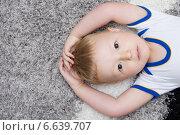 Ребенок лежит на спине. Стоковое фото, фотограф Nikolay Kostochka / Фотобанк Лори