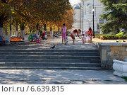 Купить «Мамы с детьми гуляют в парке. Центральный холм, город Севастополь», эксклюзивное фото № 6639815, снято 3 сентября 2014 г. (c) Щеголева Ольга / Фотобанк Лори