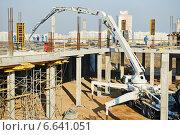 Купить «building works with concrete pump», фото № 6641051, снято 30 октября 2014 г. (c) Дмитрий Калиновский / Фотобанк Лори