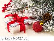 Купить «Рождественские подарки и елочные игрушки на фоне еловых веток», фото № 6642135, снято 28 октября 2014 г. (c) Сергей Чайко / Фотобанк Лори