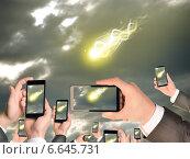Купить «Руки держат смартфоны и снимают на видео летящую комету», фото № 6645731, снято 17 июля 2019 г. (c) Кирилл Черезов / Фотобанк Лори
