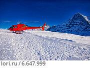 Красный вертолет на склоне горы Юнгфрау, Швейцария (2013 год). Стоковое фото, фотограф Роман Бабакин / Фотобанк Лори
