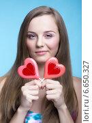 Красивая молодая девушка с леденцами в виде сердца. Стоковое фото, фотограф Nikolay Safronov / Фотобанк Лори