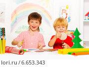 Купить «Дети делают новогодние украшения из цветной бумаги», фото № 6653343, снято 26 октября 2014 г. (c) Сергей Новиков / Фотобанк Лори