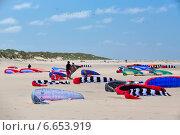 Кайты лежат на песке (2014 год). Редакционное фото, фотограф Катерина Вахе / Фотобанк Лори