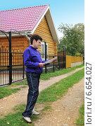Купить «Женщина с документами на покупку дома», эксклюзивное фото № 6654027, снято 14 сентября 2014 г. (c) Юрий Морозов / Фотобанк Лори