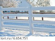 Купить «Белый заснеженный забор», фото № 6654751, снято 8 декабря 2010 г. (c) Татьяна Кахилл / Фотобанк Лори
