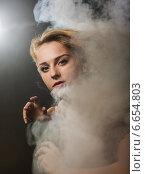 Купить «Портрет девушки в дыму», фото № 6654803, снято 28 сентября 2014 г. (c) Юрий Викулин / Фотобанк Лори