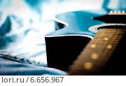 Гитара на постели. Стоковое фото, фотограф Николай Фролочкин / Фотобанк Лори
