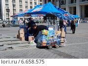 Купить «Приемка товара в торговой точке на Манежной площади в Москве», эксклюзивное фото № 6658575, снято 20 мая 2010 г. (c) lana1501 / Фотобанк Лори