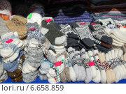Купить «Вязаные изделия ручной работы продаются на Манежной площади в Москве», эксклюзивное фото № 6658859, снято 20 мая 2010 г. (c) lana1501 / Фотобанк Лори