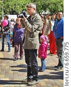 Купить «Мужчина фотографирует на праздновании Дня Победы», фото № 6659775, снято 9 мая 2014 г. (c) Самойлова Екатерина / Фотобанк Лори