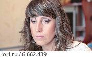 Купить «Лицо молодой женщины после нанесения макияжа, смотрит в зеркало», видеоролик № 6662439, снято 31 октября 2014 г. (c) Кекяляйнен Андрей / Фотобанк Лори